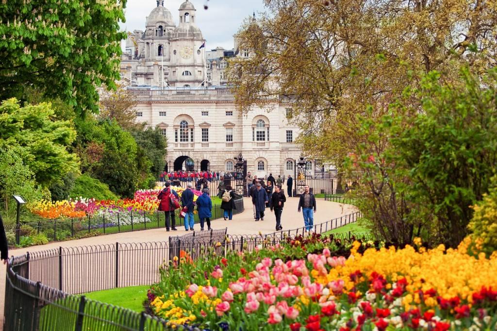 Imagen de gente caminando hacia el palacio de St. James en St. James Park