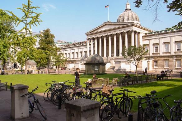 Imagen del campus de una universidad de Londres con césped verde.