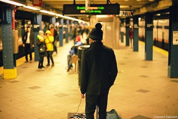 Imagen de un artista en el andén del metro