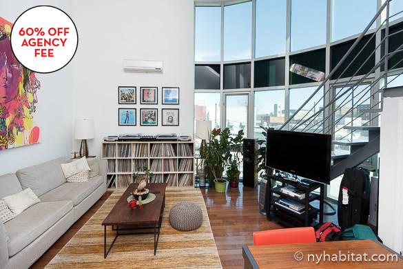 Imagen del salón con grandes ventanas del apartamento NY-16158, en Williamsburg