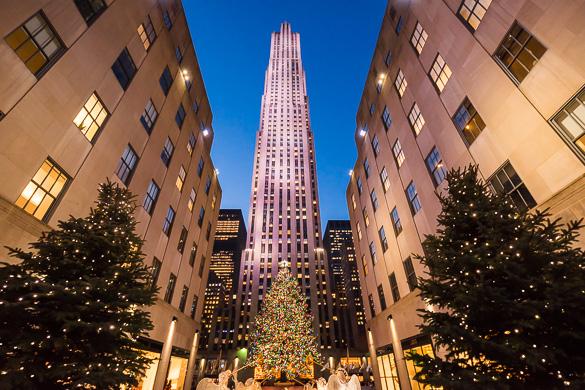 Imagen del árbol de Navidad del Rockefeller Center y de la plaza adornada con el alumbrado navideño.