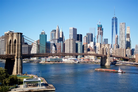 Vistas del Distrito financiero con el puente de Brooklyn en primer plano.
