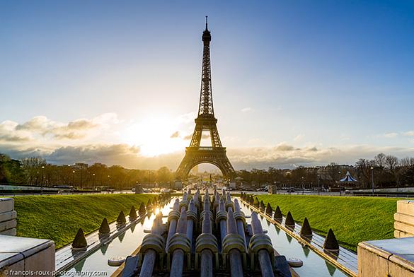 La Torre Eiffel con el sol poniéndose detrás