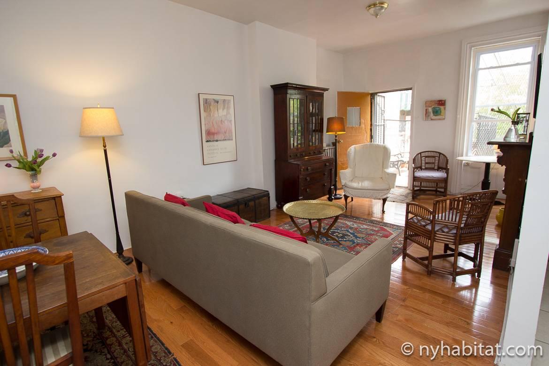 Imagen de la sala de estar del apartamento NY-16194, que comunica con un balcón