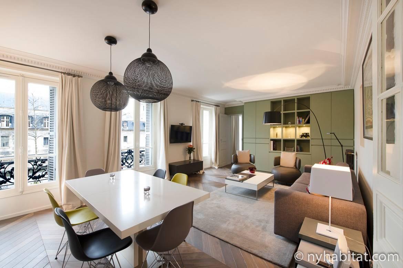 Imagen del salón del apartamento PA-4708 con la mesa de comedor y las ventanas que dan a Los Inválidos