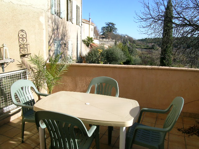 Image of terrace with table and chairs in PR-861 Uzès vacation rental.