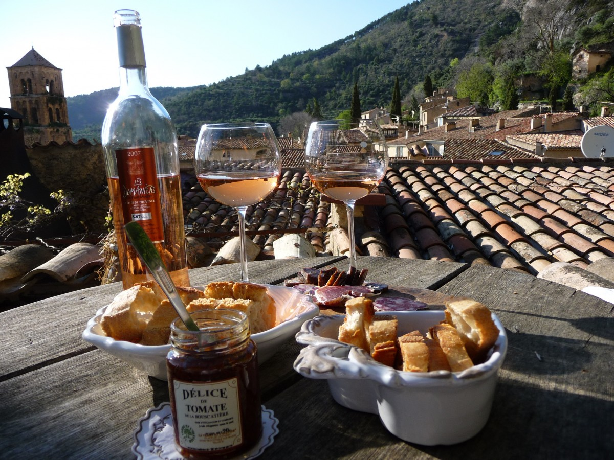 Image of rosé wine, bread and jam in Provence.