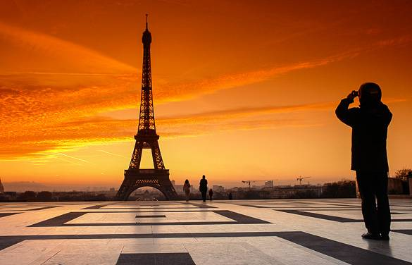 Image of the Eiffel Tower at sunset taken from the Esplanade du Trocadéro