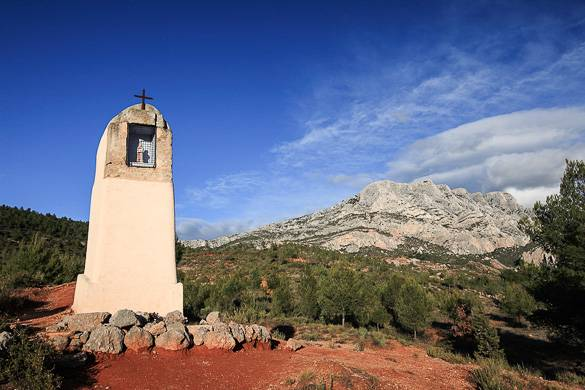 Image of the Sainte Victoire Mountain close to Aix-en-Provence