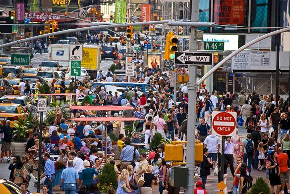 Image of the popular shopping street Broadway in Manhattan
