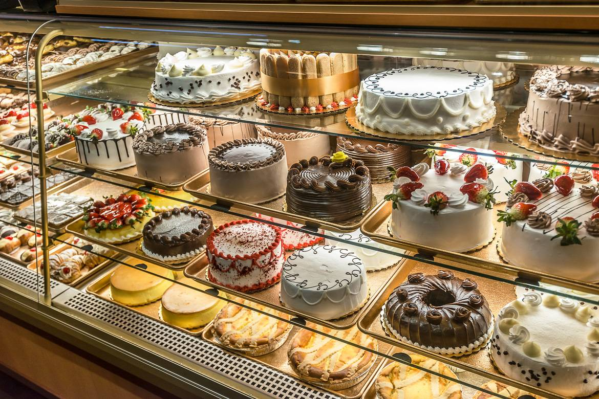 Image of a display of cakes in De Lillos in the Bronx