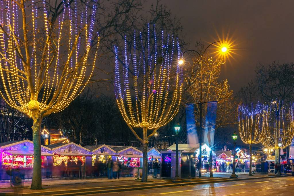 Image of the Christmas market along the Avenue des Champs Elysees
