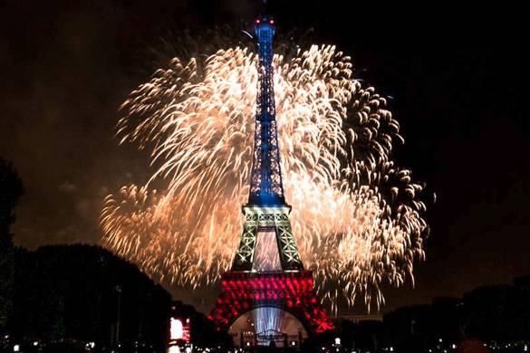 Image of the fireworks around the Eiffel Tower on Bastille Day