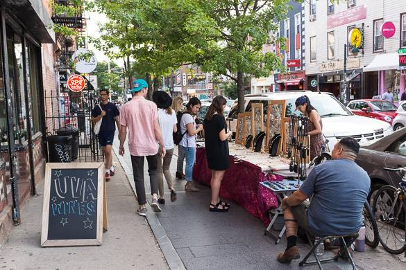 Image of street vendors selling jewelry on the sidewalk in NYC
