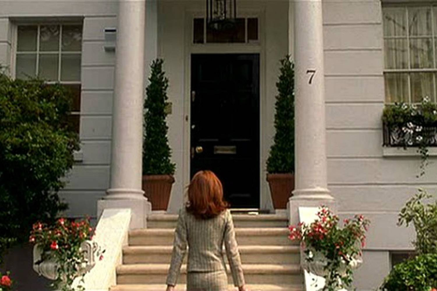 Image still of actress Lindsay Lohan in front of the London home in The Parent Trap.