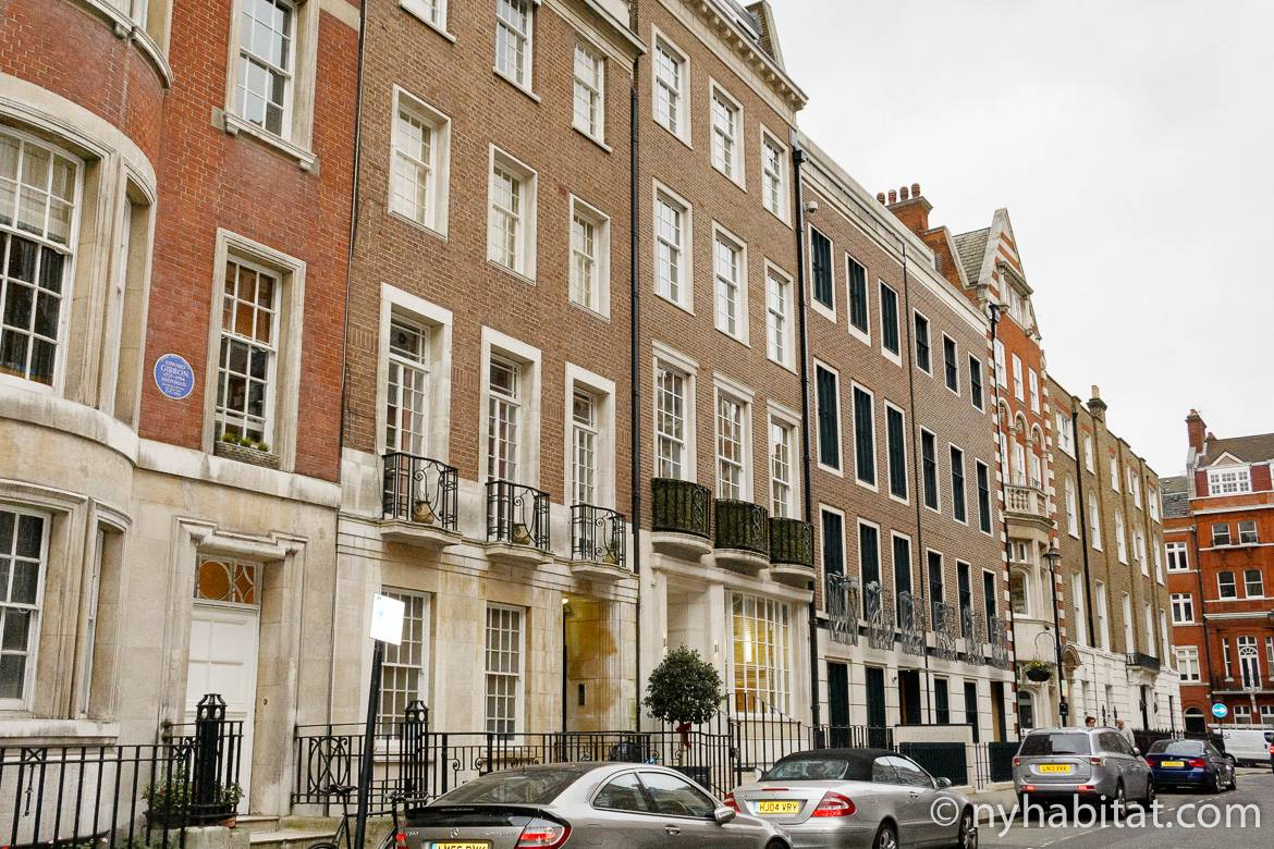 Image of brick rowhome apartment buildings in Marylebone, London.
