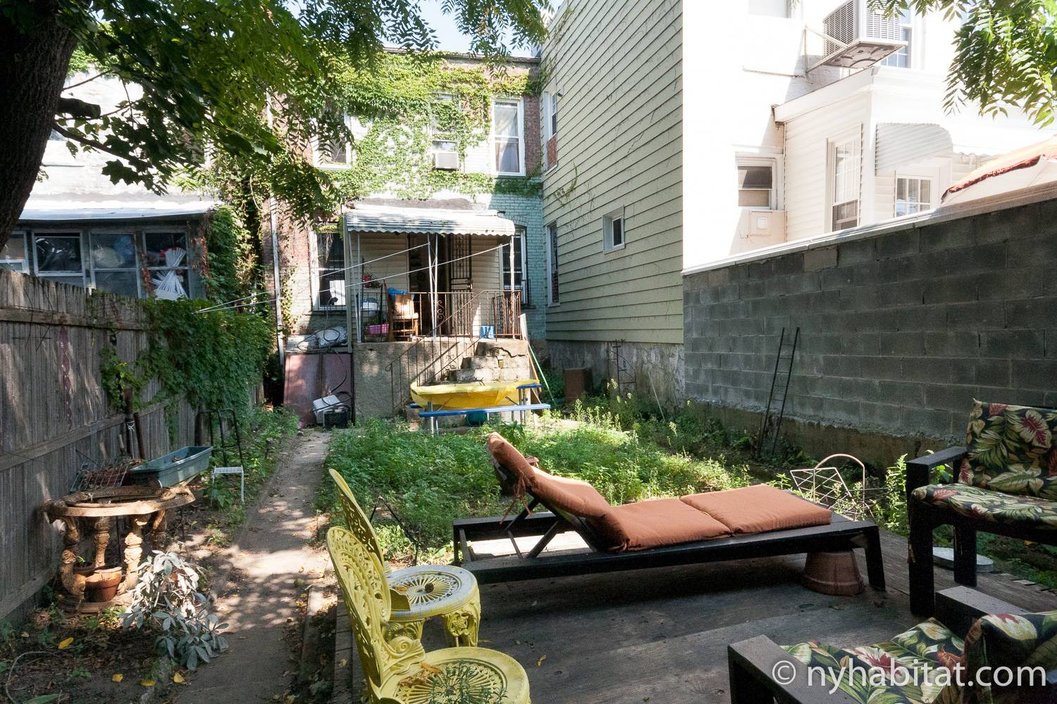Image of backyard in NY-16268.