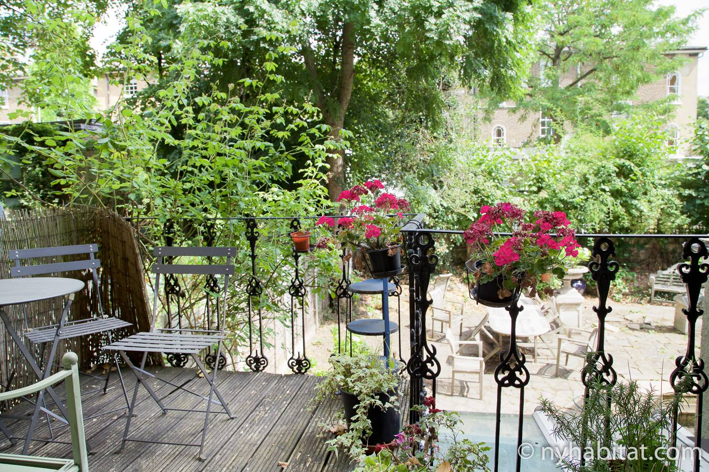 Image of backyard garden in LN-1666.