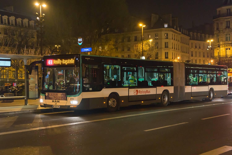 Image of a CDG Airport Roissybus picking up passengers in metropolitan Paris.