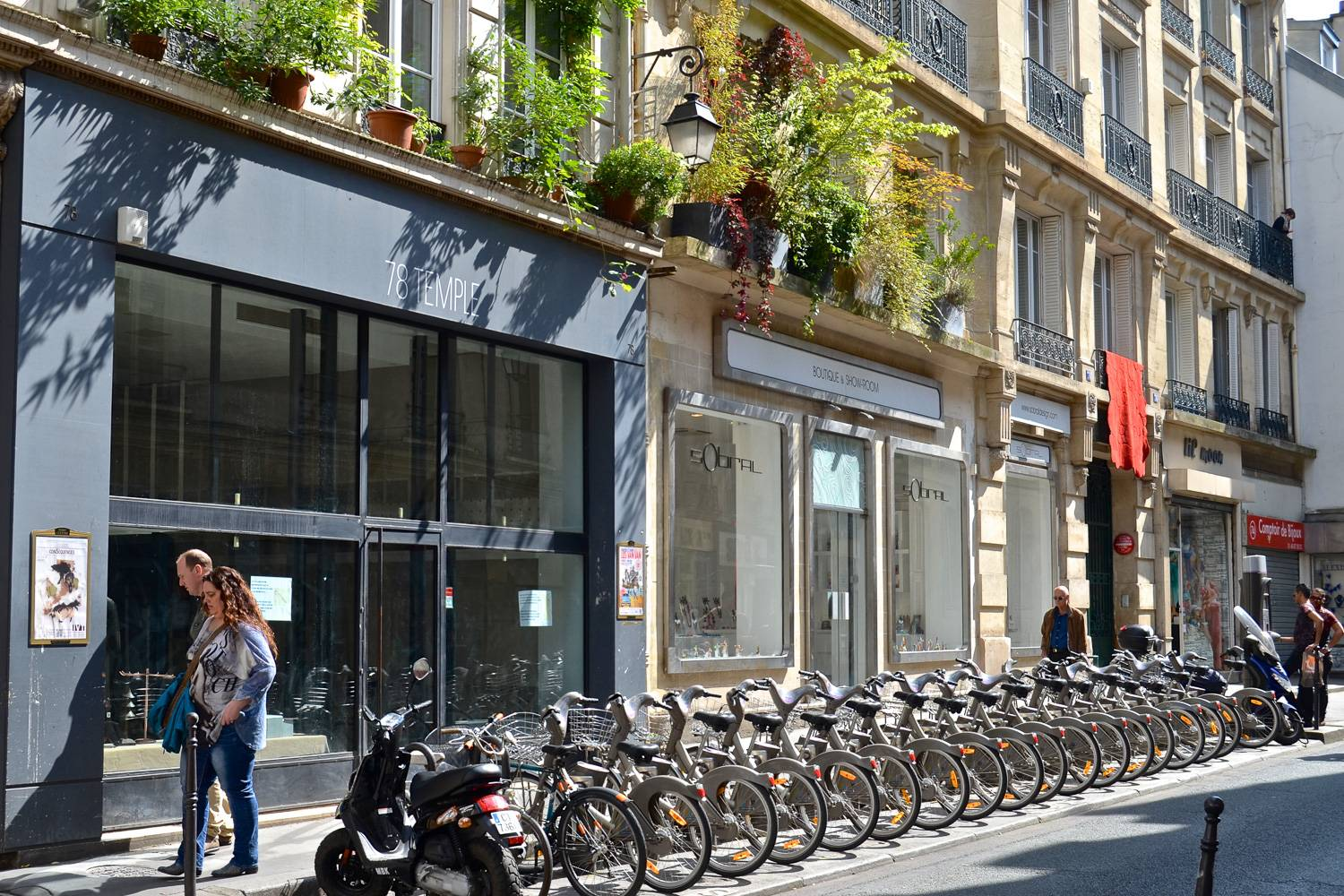 Image of a Vélib' Métropole bike sharing station on a city street in Paris.