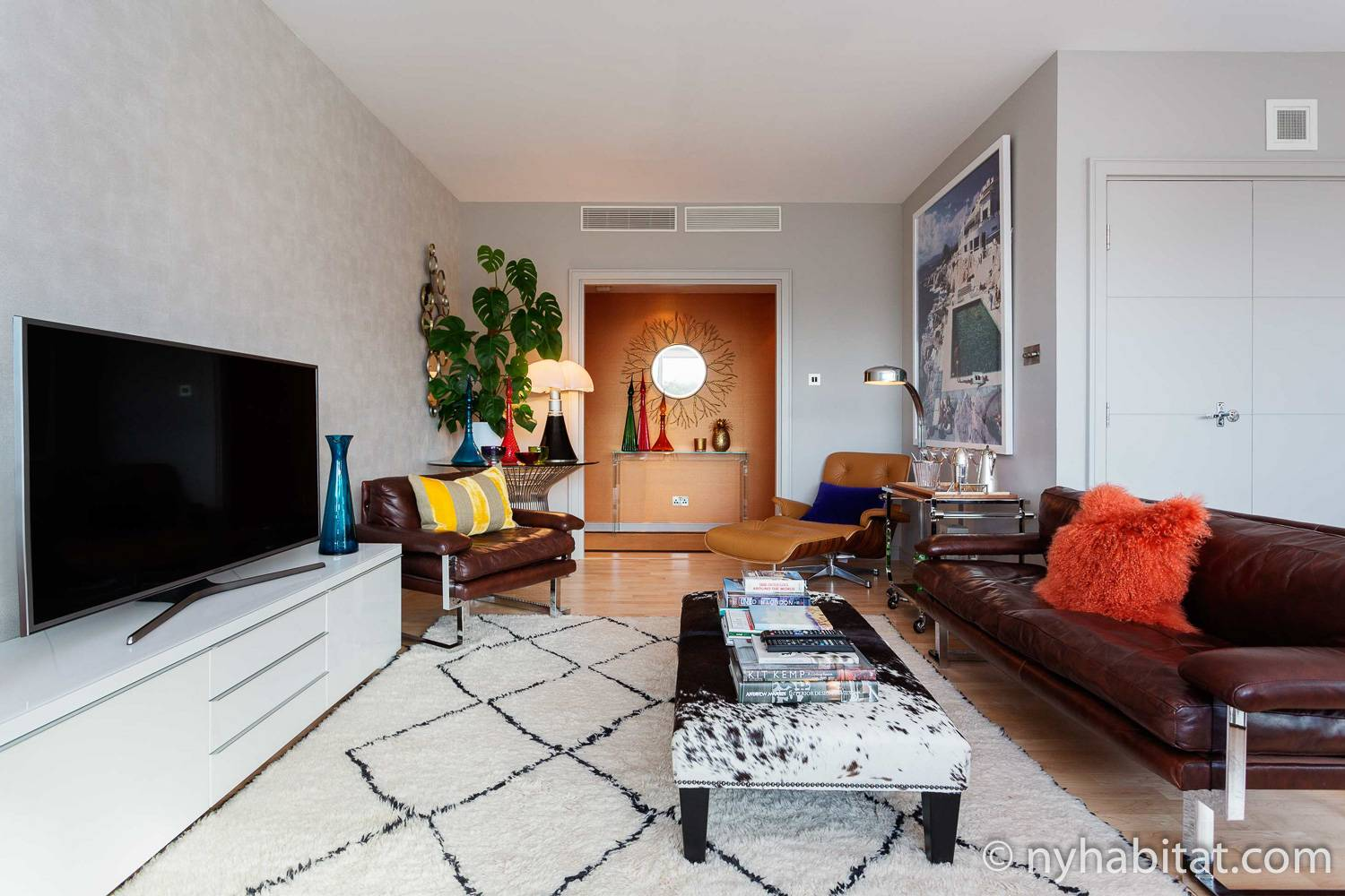 Image of the living room in vacation rental LN-1986 in Pimlico with a leather couch and flat screen television.