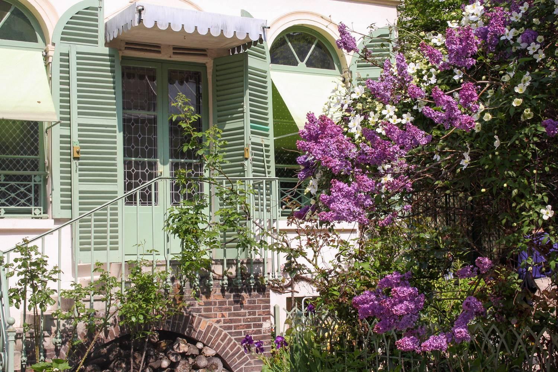 Image of the façade and garden of the Musée de la vie romantique in Paris located in a 19th century home.