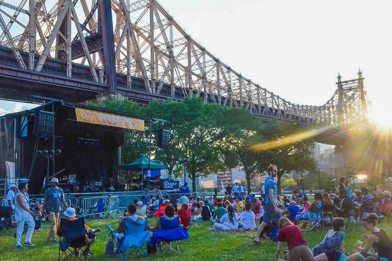 Bild von einem Konzert im Freien in der Nähe der Queensboro Brücke