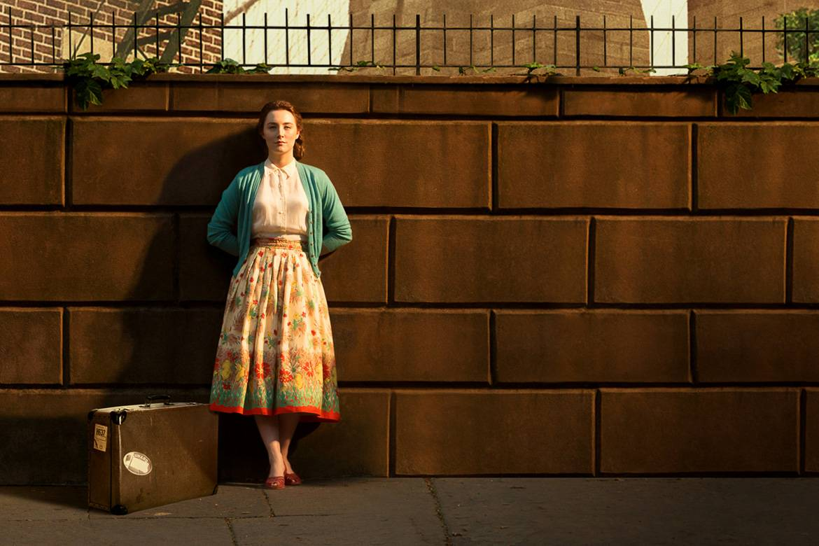 Standbild von Saoirse Ronan vor der Brooklyn Bridge in dem Film Brooklyn.