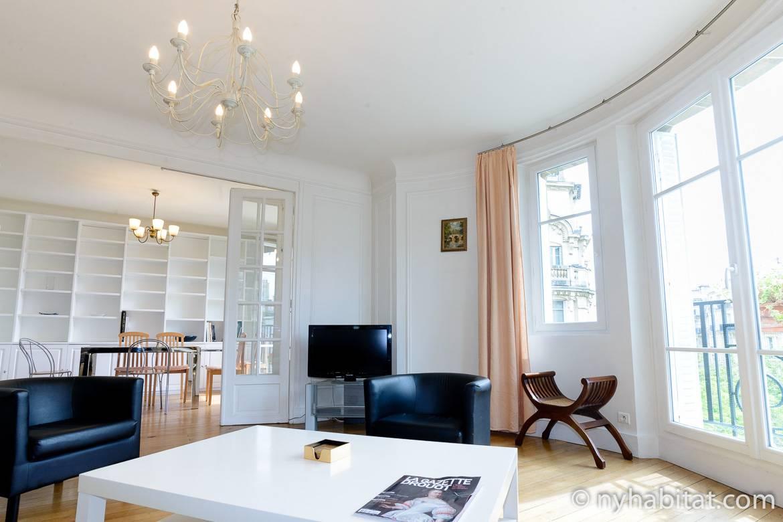 Bild von Wohnzimmer in PA-2668 mit Balkon und vielen Fenstern