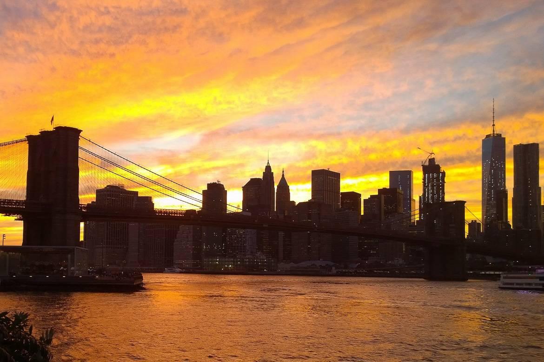 Bild der Skyline in Manhattan beim Sonnenuntergang von Brooklyn aus.