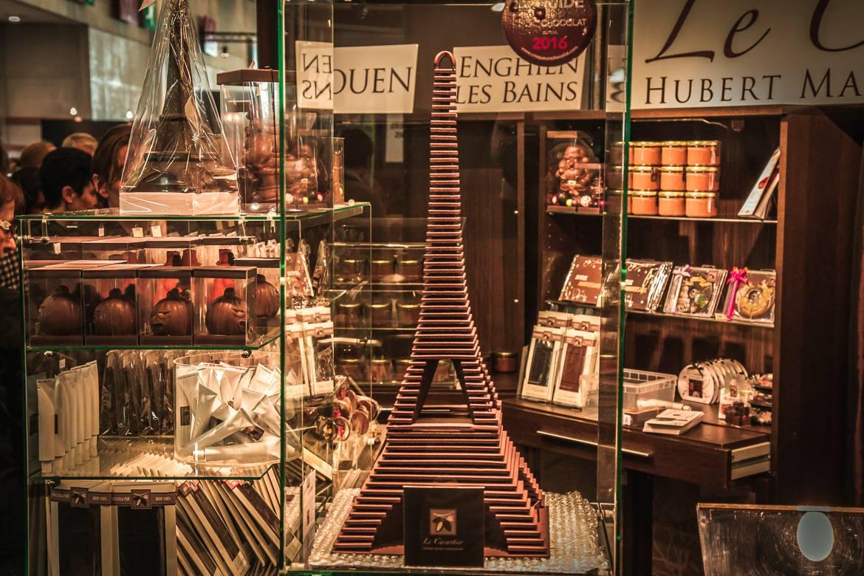 Bild von einem Eiffelturm, der für den Salon du Chocolat aus Schokolade kreiert wurde.