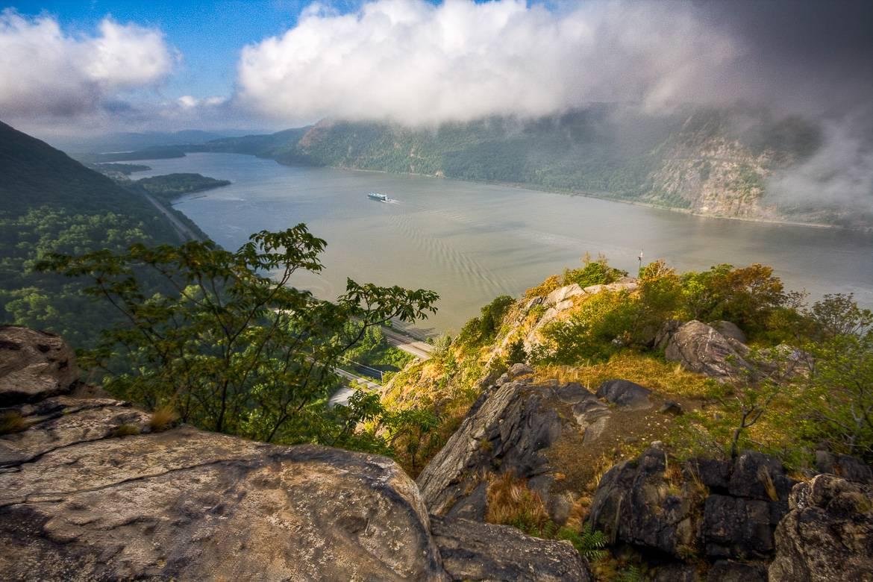 Bild mit Aussicht auf den Hudson River, wie man ihn vom Breakneck Ridge aus sehen kann.
