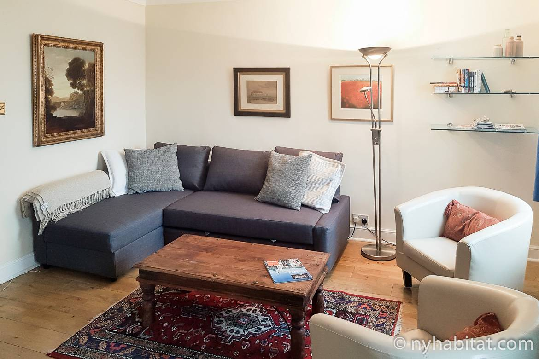 Foto des Wohnzimmers in LN-622 mit Sofa und Couchtisch.