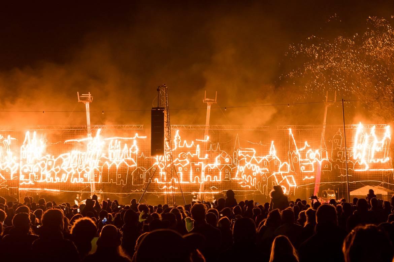 Bild von einer brennenden Abbildung zur Bonfire Night, die den Grundriss der Stadt London darstellt.