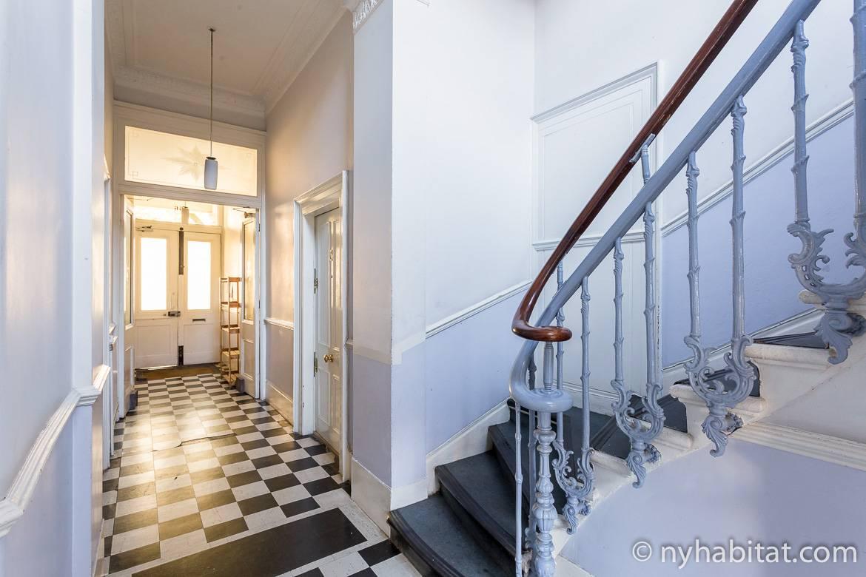 Foto von einem Hausflur und einer Treppe in einem Londoner Gebäude.