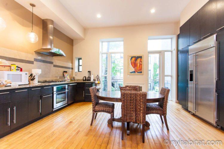 Foto der Küche in NY-15383 mit Esstisch und Stühlen.