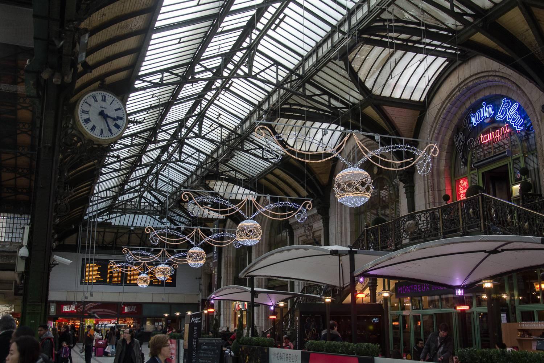 Foto des Bahnhofs Gare de Lyon, der mit Lichtern dekoriert ist.