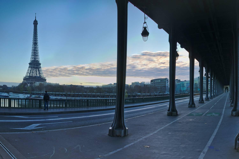 Foto der Pont de Bir-Hakeim in Paris bei Sonnenuntergang.