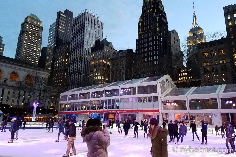 Foto der Eisbahn im Bryant Park am frühen Abend.