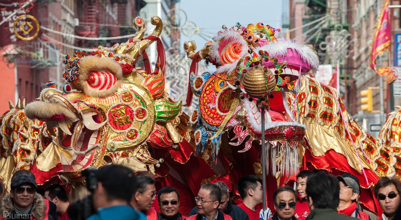 Foto der Paradeteilnehmer mit Drachenpuppen zur Lunar New Year Parade in Chinatown, New York.