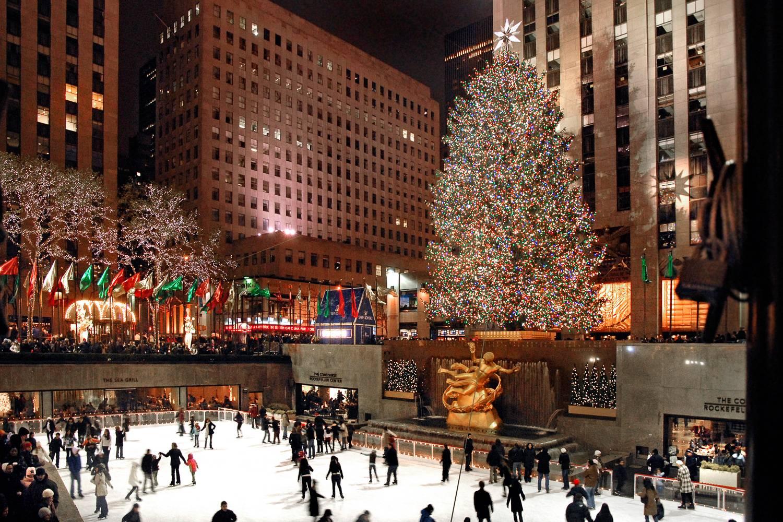 Foto der Eisbahn am Rockefeller Center während der Weihnachtszeit.