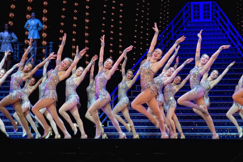 Foto der Radio City Rockettes, die im Radio City Christmas Spectacular auftreten.