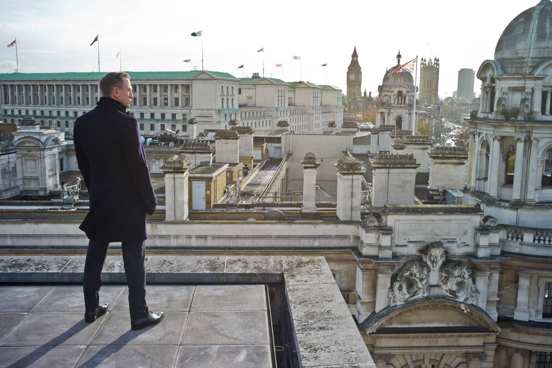 Standbild von Schauspieler Daniel Craig, der als James Bond im Film Skyfall über die Londoner Skyline blickt.