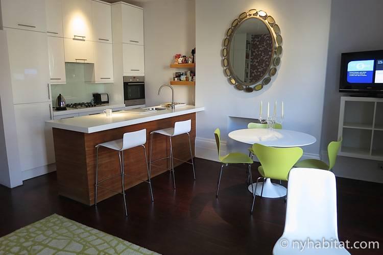 Foto des Wohnzimmers in LN-1177 mit Esstisch, Stühlen und Kücheninsel.