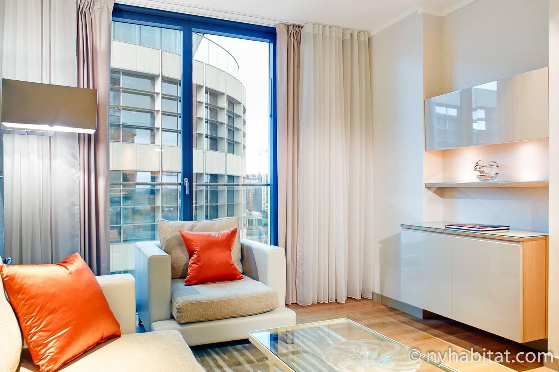 Foto des Wohnzimmers in LN-1498 mit Sesseln und einem Fenster.