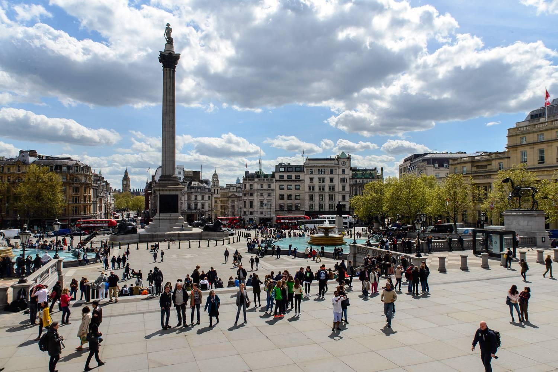 Foto des Trafalgar Squares in London an einem sonnigen Tag.