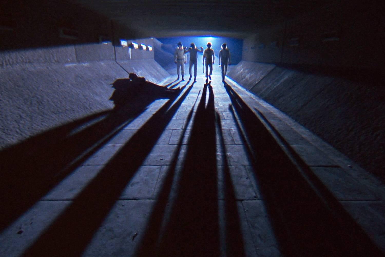 Standbild der Gang, wie sie durch die Tunnel in Uhrwerk Orange gehen.