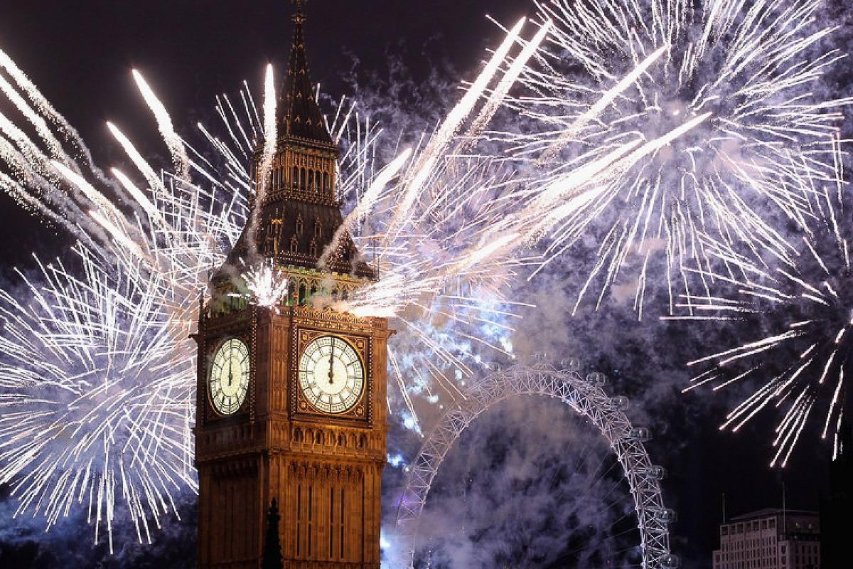 Foto des Big Ben mit Feuerwerk in der Silvesternacht.