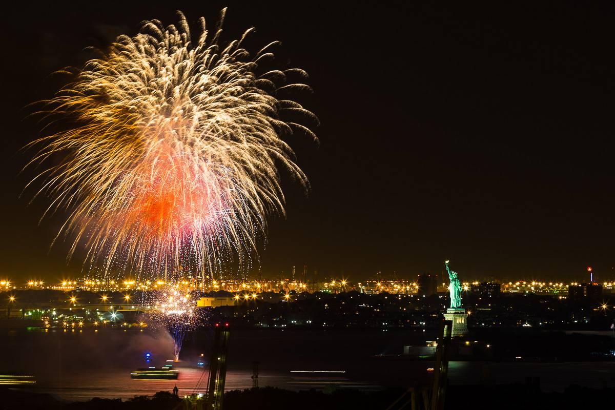 Foto des New Yorker Hafens und der Freiheitsstatue während des Feuerwerks.