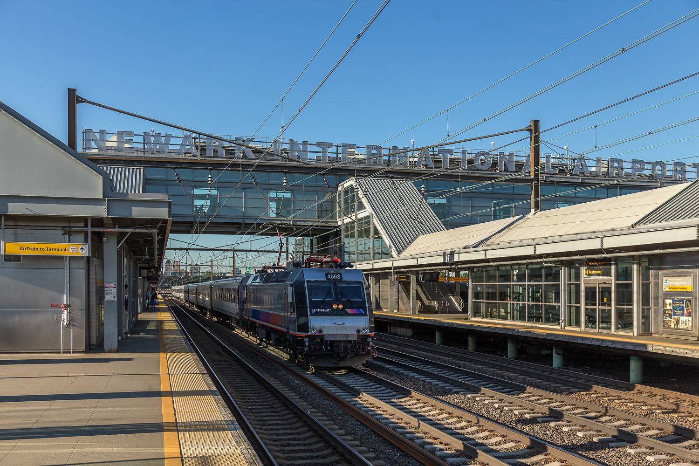 Bild vom New Jersey Transit, der den Newark Airport-Bahnhof durchfährt.